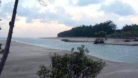Sandy Creek seperates Casuarina Beach and Lee Point Beach